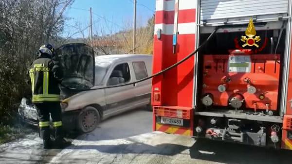Auto avvolta dalle fiamme, le immagini dell'intervento dei vigili del fuoco