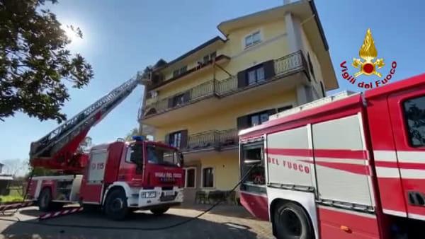 In fiamme la canna fumaria di un'abitazione