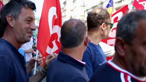 """Vertenza Whirlpool, i lavoratori dell'indotto protestano: """"Difendiamo l'Irpinia anche da un sicuro spopolamento"""""""
