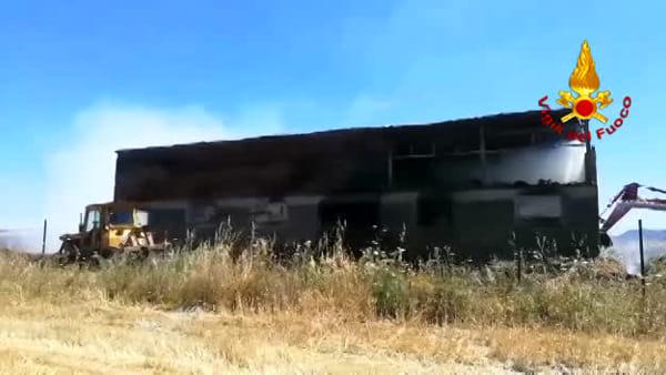 Incendio delle rotoballe, continua il lavoro dei Vigili del Fuoco/VIDEO