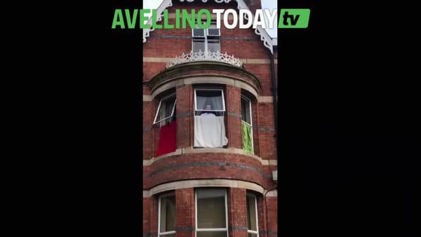 Coronavirus, pizzaiolo irpino emigrato in Irlanda espone il tricolore cantando l'Inno dalla finestra